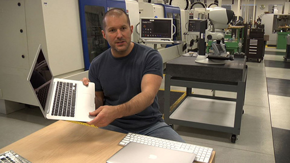 Jony Ive mostra um protótipo do Macbook