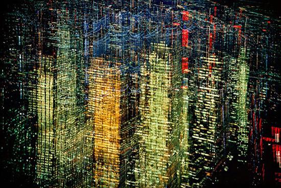 Lights of New York, 1970. Foto por Ernst Haas. Veja mais em www.ernst-haas.com.