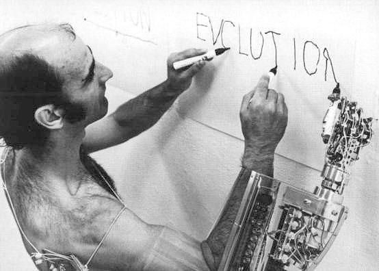 O trabalho do artistas performático Stelarc tem como tema principal a expansão da capacidade do corpo humano através de máquinas e tecnologia. Praticamente todas suas peças são centrada em como o corpo humano é obsoleto.