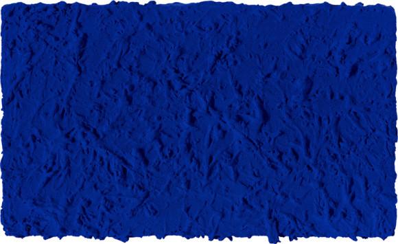 Yves Klein - Monochrome bleu sans titre | Olhar o portifólio de Klein causa estranheza. Seu característico azul parece, à primeira vista, apenas uma predileção cromática. Um olhar mais atento percebe como Klein trabalhava a mesma cor com diferentes conotações, texturas e sentimentos.